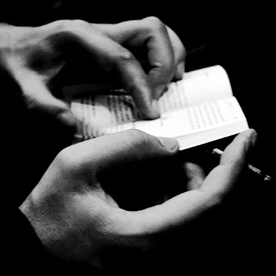 photo de mains tenant un petit livre, little book, hands, cigarette, photo © dominique houcmant