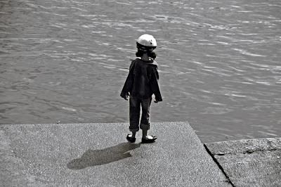 l'enfant et la rivière, bord de meuse à Liège, the child and the river, photo dominique houcmant, goldo graphisme