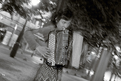 acordeón, foto, accordéon, squeeze box, Anne Deville place du marché à Liège, photo dominique houcmant, goldo graphisme