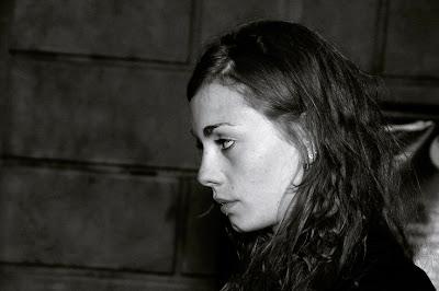 portrait de profil d'une fille blonde avec un piercing dans la lèvre, blonde girl profile, photo © dominique houcmant