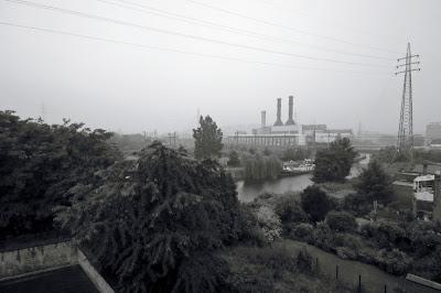 Angleur, la centrale électrique et le canal de l'Ourthe, par temps de pluie, la photographe, photo © dominique houcmant
