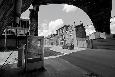 cabine téléphonique belgacom en dessous du pont de chemin de fer, photo © dominique houcmant