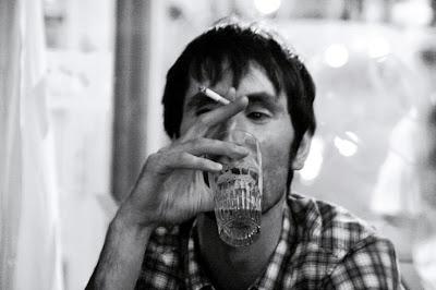 cigarette smoker, beerl, portrait d'un homme fumant une cigarette en buvant une bière, photo © dominique houcmant