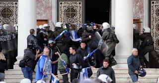 Ελληνόπουλα  να τσακώνονται μεταξύ τους ..