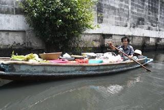 เรือขายผักและอาหาร เหลืออยู่ไม่มากในลำคลอง คุณยายขายของยากขึ้นและต้องพายเรือไกลขึ้นเนื่องจากพฤติกรรมการซื้อของบ้านเรือนริมคลองเปลี่ยนไป และมีการย้ายถิ่นฐานเนื่องจากมลพิษ
