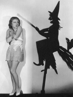 imagem de mulher com medo de uma sombra em forma de bruxa