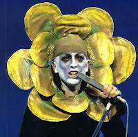 Peter Gabriel com a famosa roupa de flor