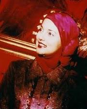 Kopi dan Kenangan, Marissa Haque Fawzi dalam red Shafira House