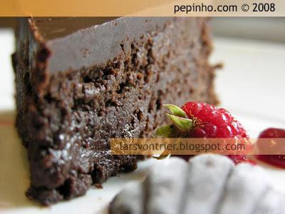 Pastel de chocolate y almendra relleno de ganache tierna de frambuesa