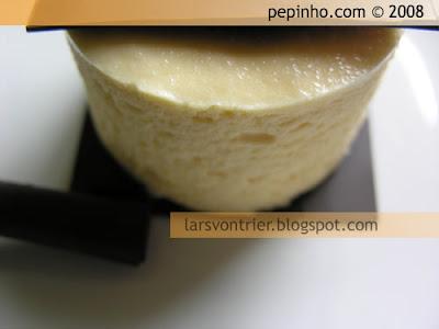 Mousse de chocolate blanco, salsa de caramelo y plátano confitado