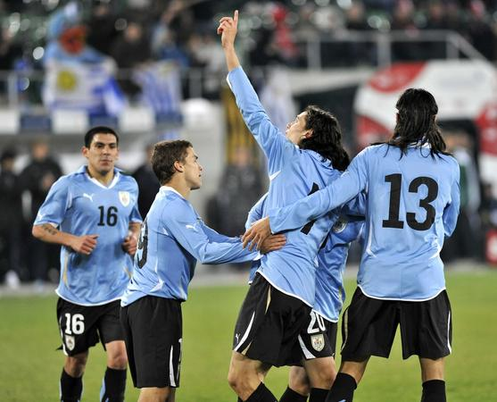 [la-photo-foot-attention-l-uruguay-a-une-sacree-attaque_48316_7262.jpg]