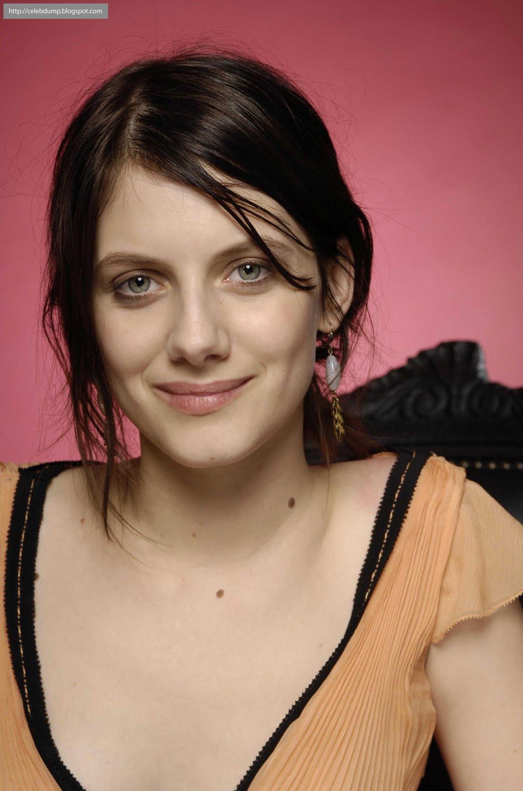 http://1.bp.blogspot.com/_k0qcqtNtpOY/S9uU4xZYJRI/AAAAAAAAOEY/RU2LJzwLLT8/s1600/melanie-laurent-brunette-celebdump04.jpg