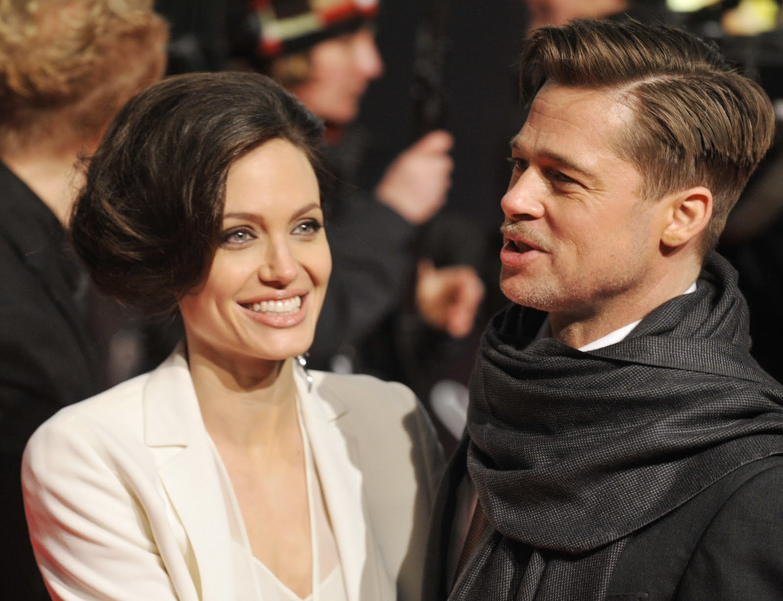 http://1.bp.blogspot.com/_k1IfXjxF5g0/TAGWUTV00iI/AAAAAAAAHsI/ZDheiOQu_54/s1600/Angelina-Jolie-at-The-Curious-Case-of-Benjamin-Button-premiere-in-Berlin.jpg