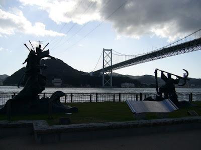 関門橋と義経・知盛の像
