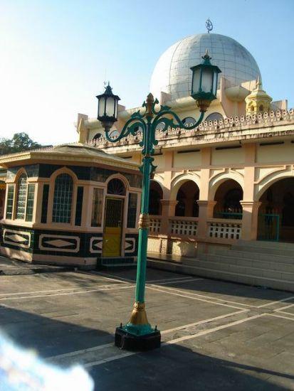 Lampu hias seperti milik keraton Surakarta yang berdiri kokoh di halaman Mesjid Raya