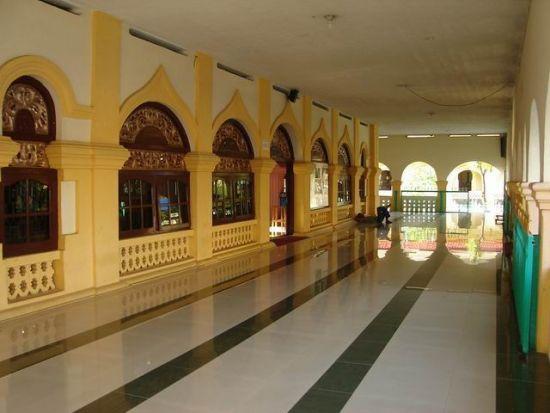 Teras mesjid yang luas dan bersih selalu menjadi tempat istirahat jemaah sambil menunggu waktu sholat