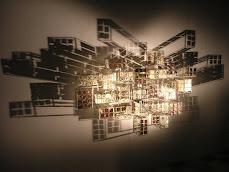 Instalação: Gravura em metal, cubos de aço e luz