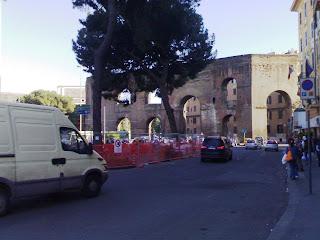 Attenzione rallentare, edificasi ecomostri fronte Porta Maggiore