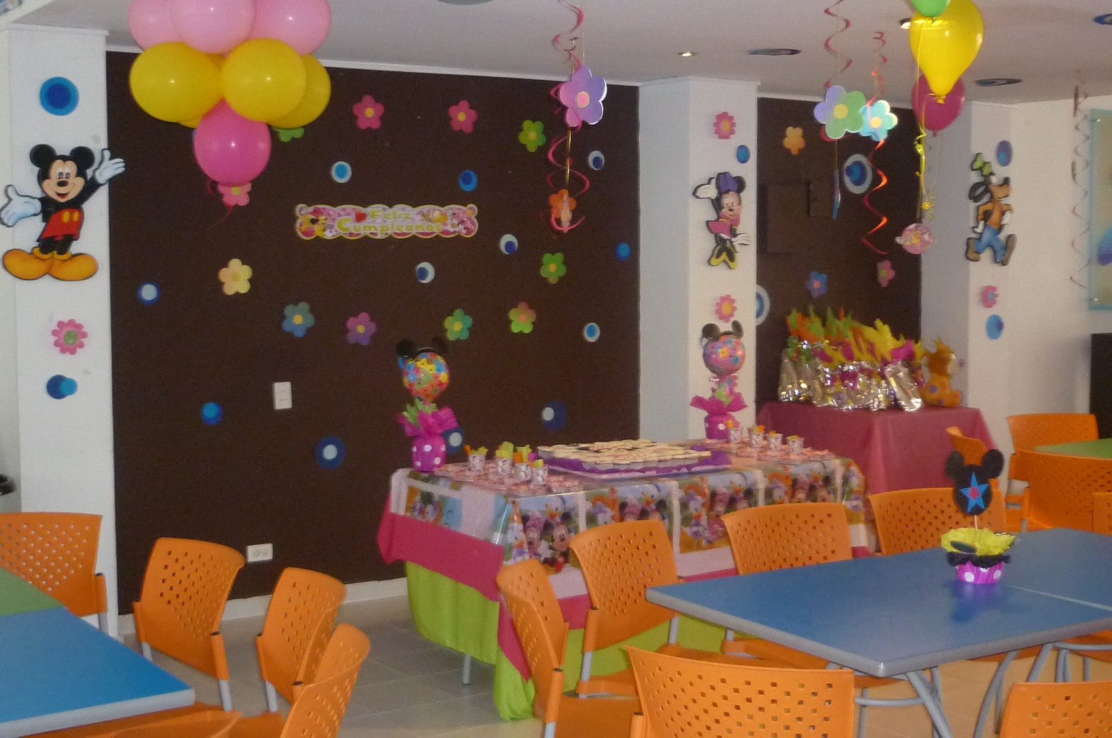 Como hacer centros de mesa con globos para fiestas for Decoracion de fiestas para adultos