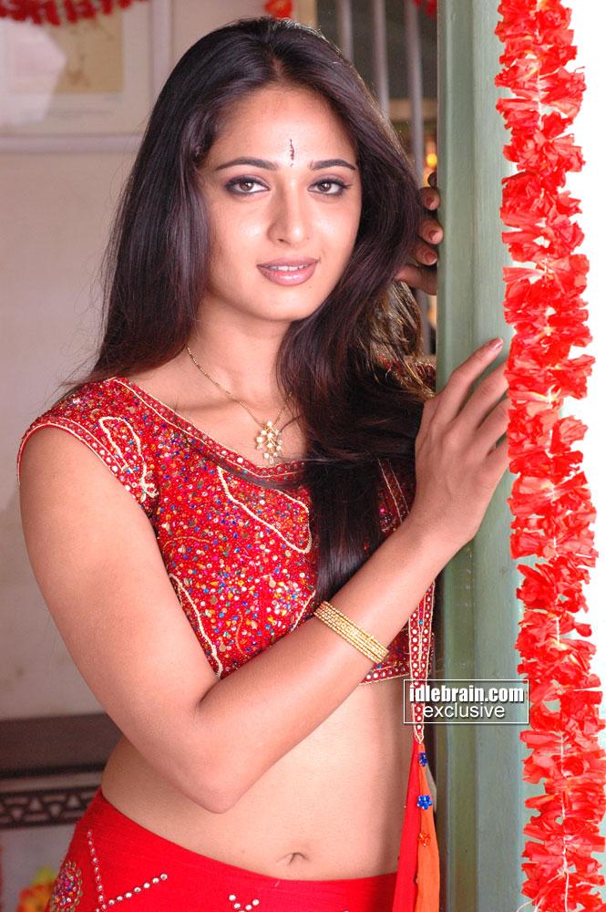 http://1.bp.blogspot.com/_k936YJKWxuM/TNLyBilv3JI/AAAAAAAAIYI/bcChOGcBOMM/s1600/Anushka-hot-beauty-saree-navel+(28).jpg