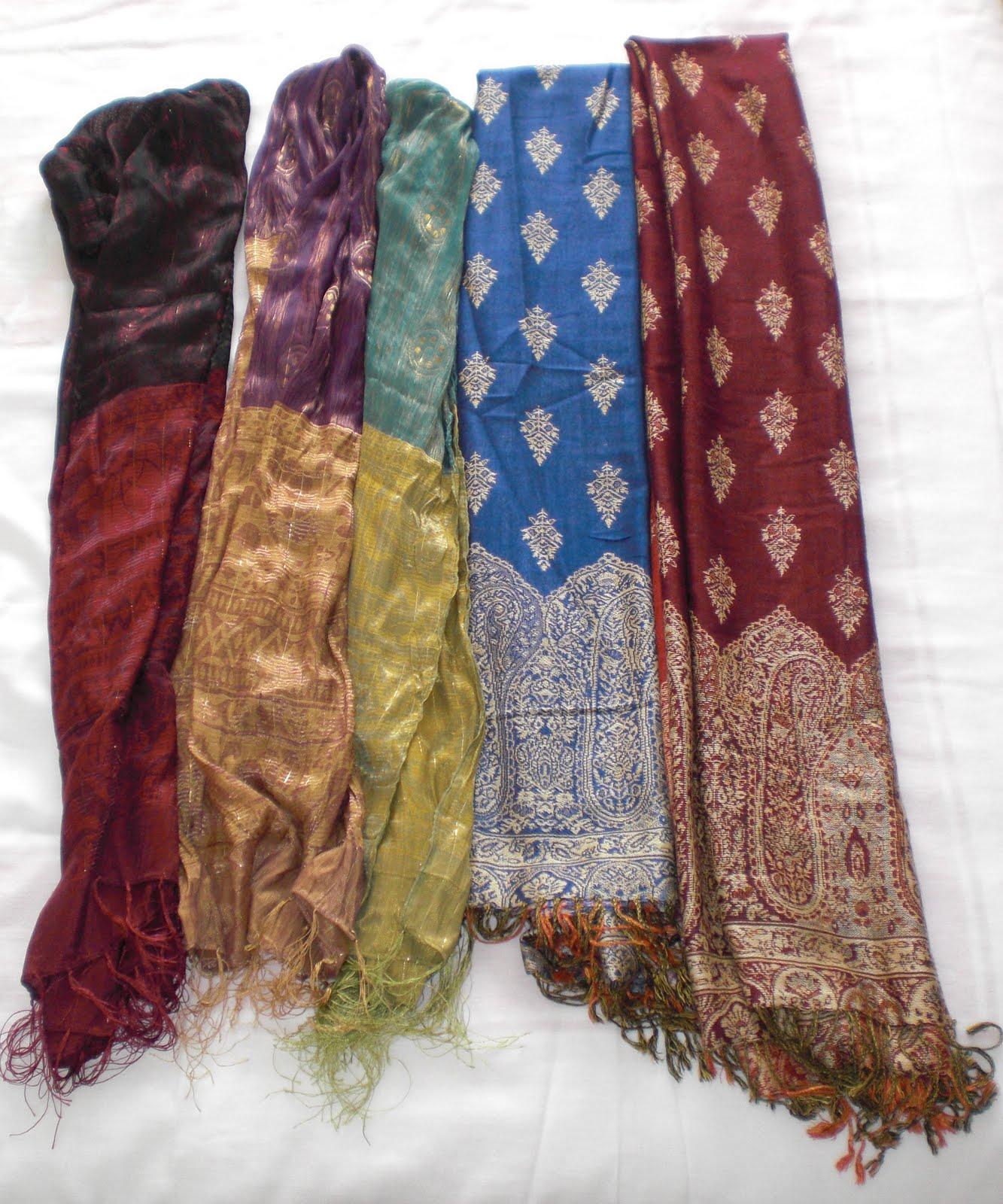 A la derecha tenemos dos pashminas y a la izquierda tres fulares. Las pashminas tienen el mismo modelo pero lo que cambia son los colores.