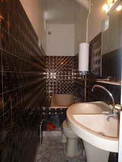 maison moderne en l transformer une petite salle de bain couloir. Black Bedroom Furniture Sets. Home Design Ideas