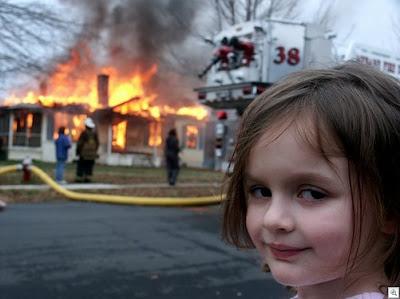 Cara de arte na frente da casa incendiada