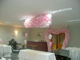 Centros de Mesa con Helio, todo en rosa y blanco.