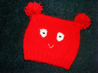 fes rosu model ursulet cu ochi handmade tricotat manual cadou