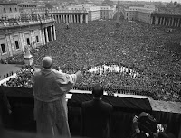 Pio XII impartisce la benedizione urbi et orbi nel 1952 senza piviale, con mozzetta e stola