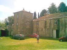 La torre junto a la capilla