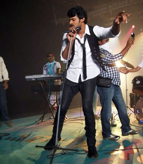 [Prabhas-Darling-Movie-Stills-Photos-01.jpg]