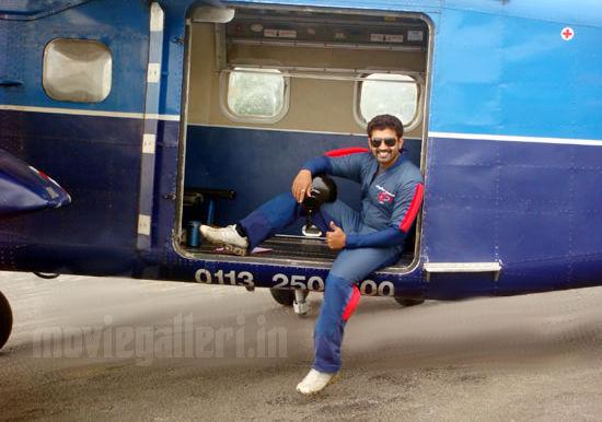 http://1.bp.blogspot.com/_kLvzpyZm7zM/S86f0uPOENI/AAAAAAAAKG0/hVTAOErOEqE/s1600/arun_vijay_skydiving_stills_photos_pics_01.jpg