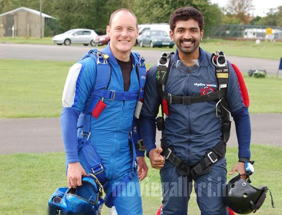 http://1.bp.blogspot.com/_kLvzpyZm7zM/S86fiew3WXI/AAAAAAAAKGs/H3z5kog6wwI/s1600/arun_vijay_skydiving_stills_photos_pics_02.jpg