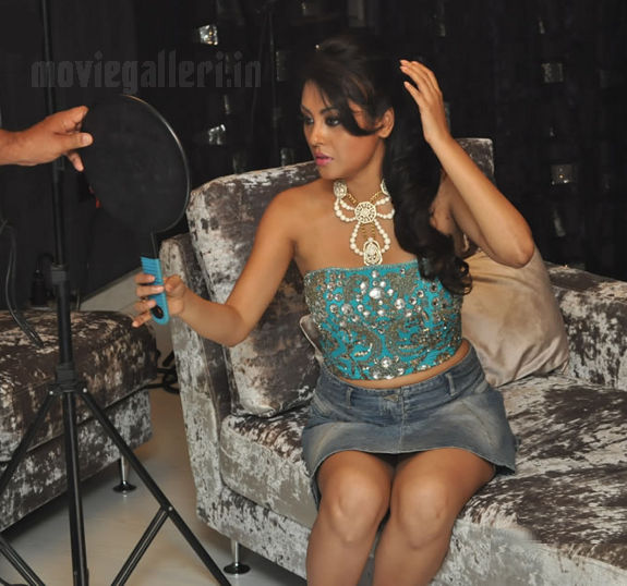 http://1.bp.blogspot.com/_kLvzpyZm7zM/S8VZFPpdg3I/AAAAAAAAJiM/UKrKonKbkqQ/s1600/Tamil_actress_Meenakshi_Hot_Photo_Shoot_images_08.jpg