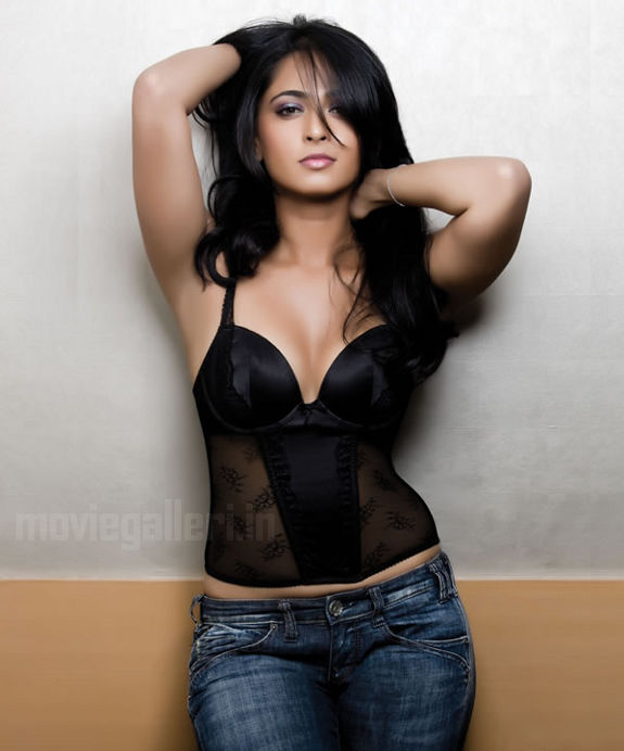 http://1.bp.blogspot.com/_kLvzpyZm7zM/S8cfgZBiTaI/AAAAAAAAJpE/9fvnI2XnFVw/s1600/anushka_shetty_hot_photo_shoot_stills_images_pics_01.jpg