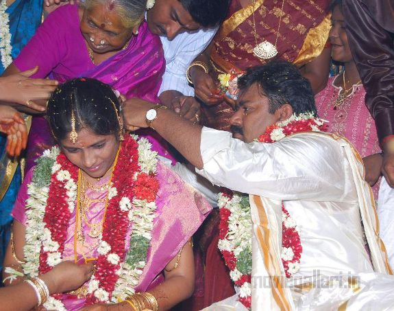 http://1.bp.blogspot.com/_kLvzpyZm7zM/S9QTyRTRtpI/AAAAAAAAKaU/ZETjqq42hNE/s1600/neeya-naana-gopinath-marriage-wedding-photos-05.jpg