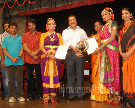 http://1.bp.blogspot.com/_kLvzpyZm7zM/S9WoZ6VmOpI/AAAAAAAAKjk/Y6UW1rWGGWw/s1600/Revathy-Harita-dhananjayan-Bharathanatyam-arangetram-04.jpg