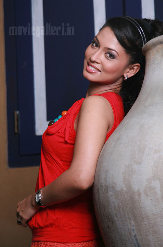 http://1.bp.blogspot.com/_kLvzpyZm7zM/S9l-jUNsz1I/AAAAAAAAKys/NE1RfI4m37w/s1600/tamil-actress-pooja-umashankar-hot-photos-pics-wallpapers-06.jpg
