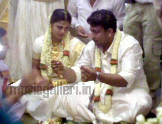 http://1.bp.blogspot.com/_kLvzpyZm7zM/S9t72cRSg6I/AAAAAAAAK_Q/Bv1QZhlKhXo/s1600/sindhu-menon-wedding-marrisge-pics-photos-01.jpg
