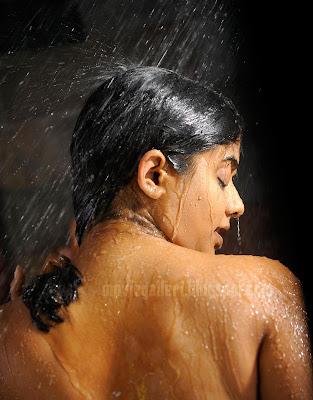 http://1.bp.blogspot.com/_kLvzpyZm7zM/SyhECAzeThI/AAAAAAAAAPU/PZtnHxkd0MI/s400/priyamani-hot-wet-bathing-images-02.jpg
