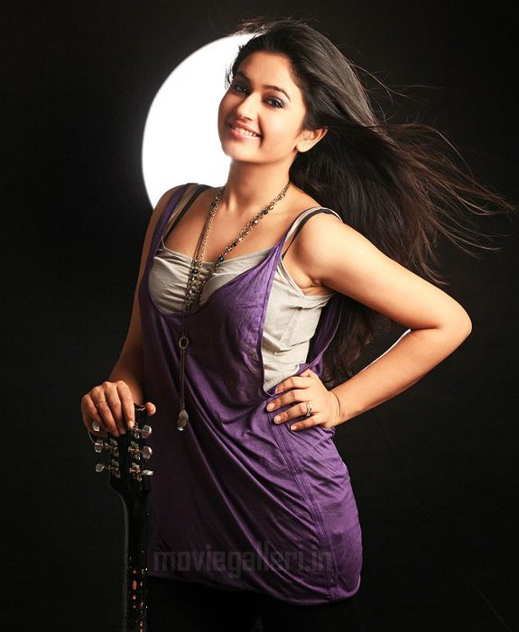 Poonam Bajwa Hot Stills, Poonam Bajwa Pictures Online
