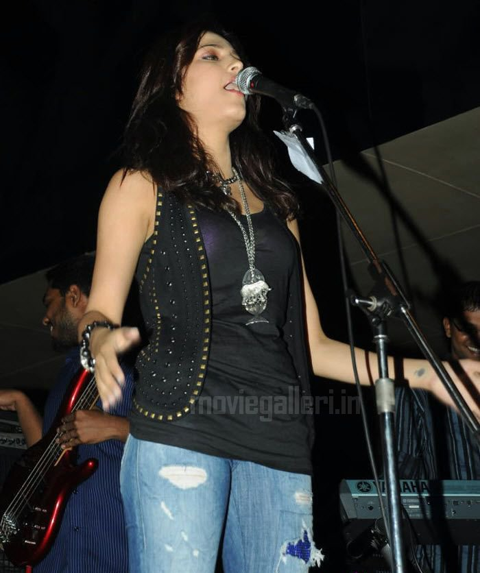 Shruti Hassan - Shruti Hassan Performance at Hard Rock Cafe Pics