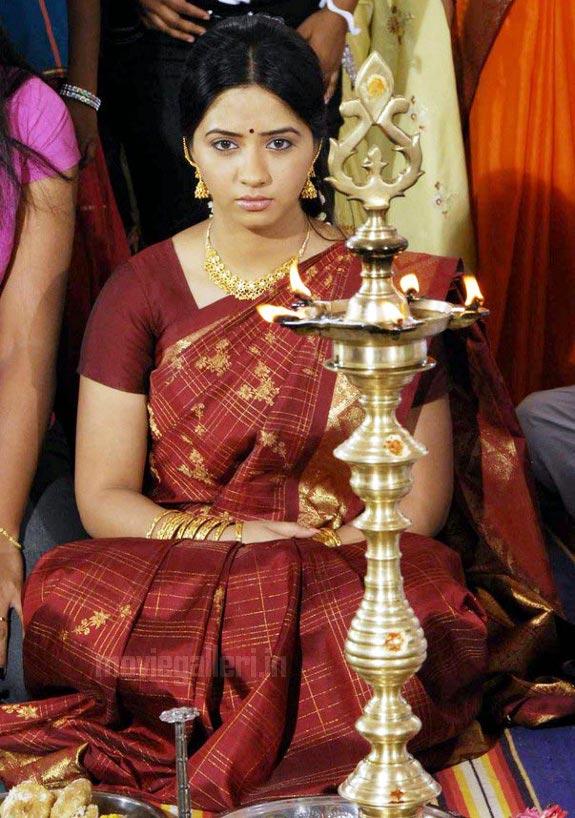 http://1.bp.blogspot.com/_kLvzpyZm7zM/TDVuuG_ZsAI/AAAAAAAARMo/ifnkNtM5Z0s/s1600/thaa_movie_actress_nisha_stills_02.jpg