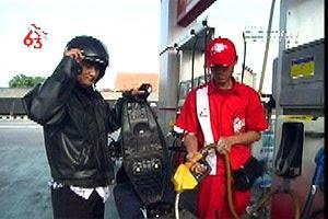 http://1.bp.blogspot.com/_kTHxbAw706E/SQK02ueKRJI/AAAAAAAAARY/dC7DuFY5hQw/s400/Petugas+pom+pertamina.jpg