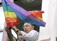SOCIALISTAS ESPAÑOLES IZAN LA BANDERA GAY