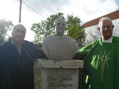 Familiares junto ao busto do frei João