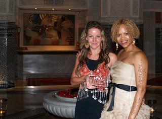 Na snímku Eliška Kytnarová po předání ceny s Madamme Esi, viceprezidentkou P&G,Beauty Cosmetics, z USA.