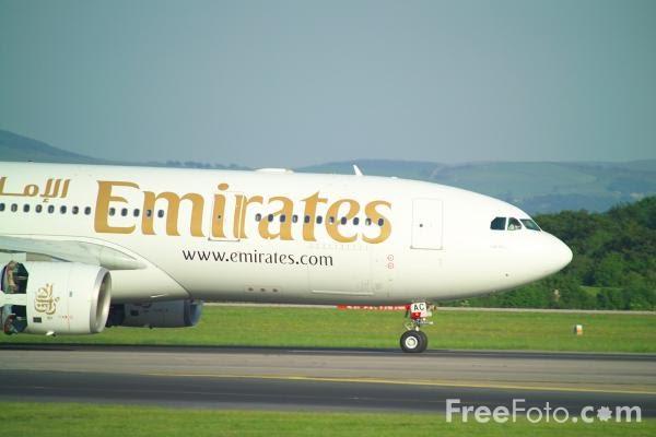 Foto Gambar Pesawat Terbang Emirates 02