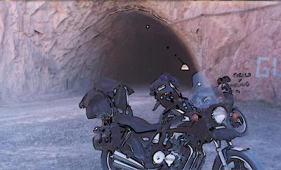La imagen vector del túnel con las motos superpuesta a la imagen original mapa de bits
